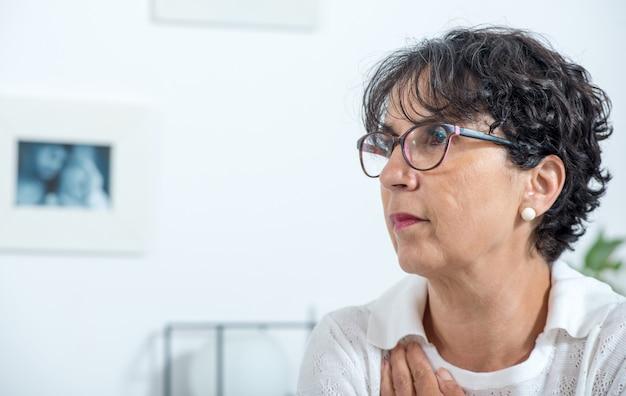 Retrato, de, um, bonito, mulher madura, com, óculos, casa