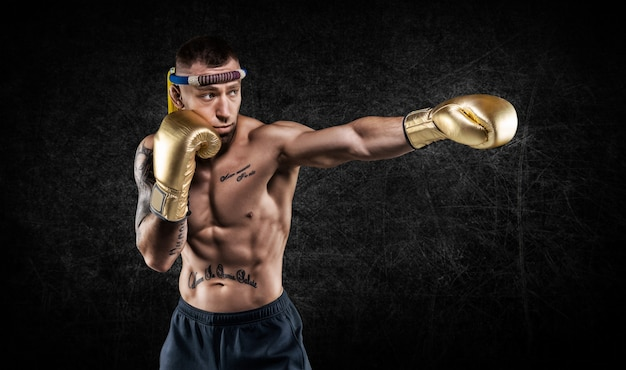 Retrato de um boxeador de artes marciais mistas. o conceito de esportes, mma, kickboxing. mídia mista