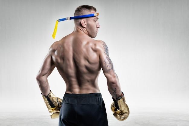 Retrato de um boxeador tailandês. vista traseira. conceito de artes marciais mistas. competições e torneios.