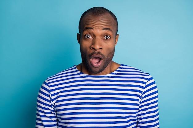 Retrato de um cara afro-americano surpreso e impressionado, usando colete náutico