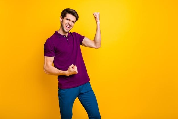 Retrato de um cara alegre e alegre comemorando as boas notícias isolado