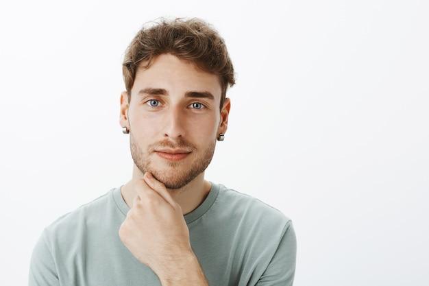 Retrato de um cara casual posando no estúdio