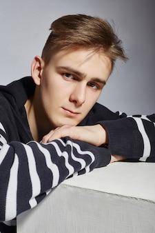 Retrato de um cara da moda jovem em contraste com o preto e branco. 3 de março de 2019