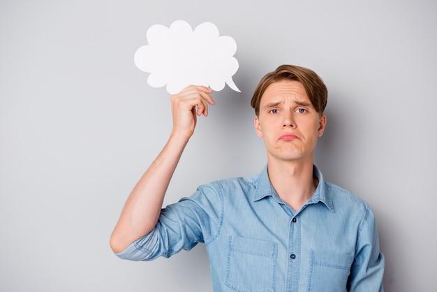 Retrato de um cara desapontado e frustrado segurando papel cartão branco bolha, culpa, desculpe, chore, use roupas elegantes bonitas isoladas sobre fundo de cor cinza