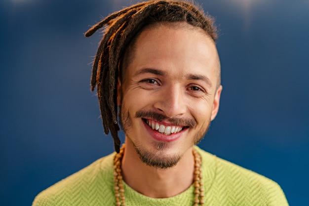 Retrato de um cara feliz e positivo com dreadlocks