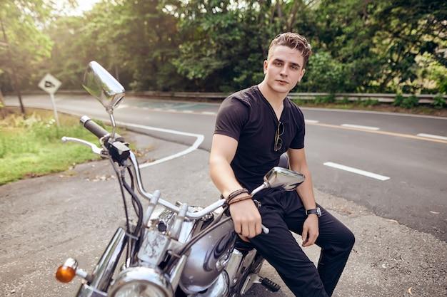 Retrato de um cara sentado em uma motocicleta