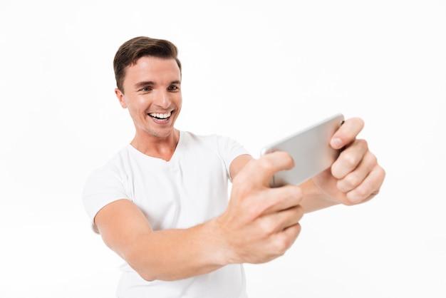 Retrato de um cara sorridente feliz em camiseta branca
