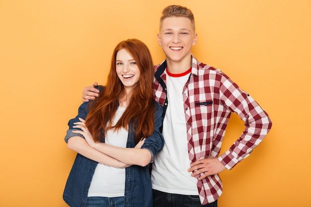 Retrato de um casal adolescente feliz
