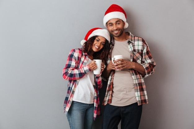 Retrato de um casal africano feliz e sorridente