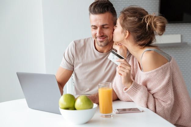 Retrato de um casal alegre de compras