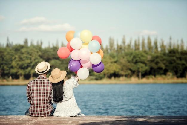 Retrato de um casal apaixonado por balões coloridos