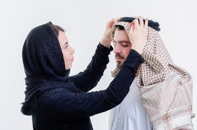 Retrato de um casal árabe atraente, vestido de maneira do oriente médio.