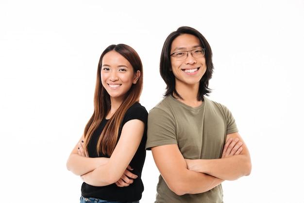 Retrato de um casal asiático atraente feliz dançando