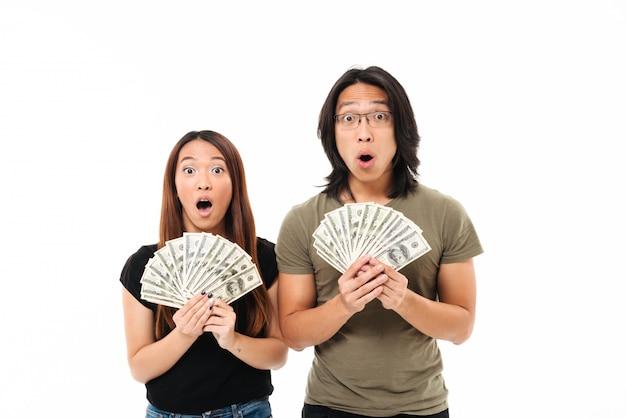 Retrato de um casal asiático chocado surpreso