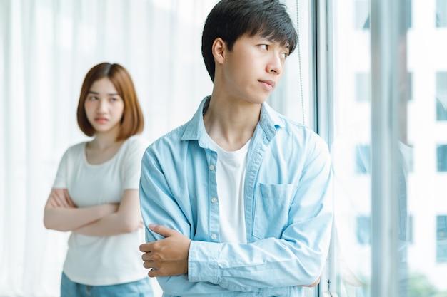 Retrato de um casal asiático em conflito