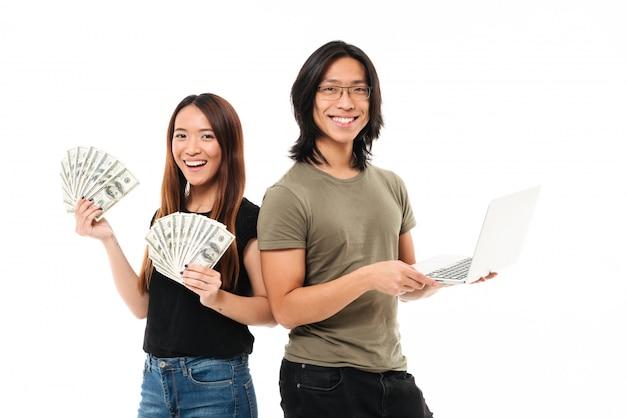 Retrato de um casal asiático sorridente feliz
