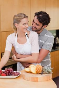 Retrato de um casal comendo frutas