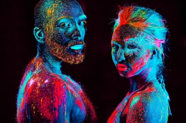 Retrato de um casal de amantes pintado em pó fluorescente