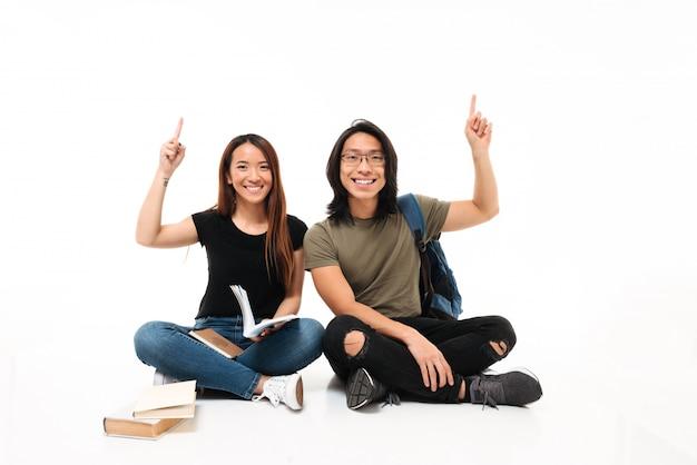 Retrato de um casal de estudantes asiáticos alegre sorridente