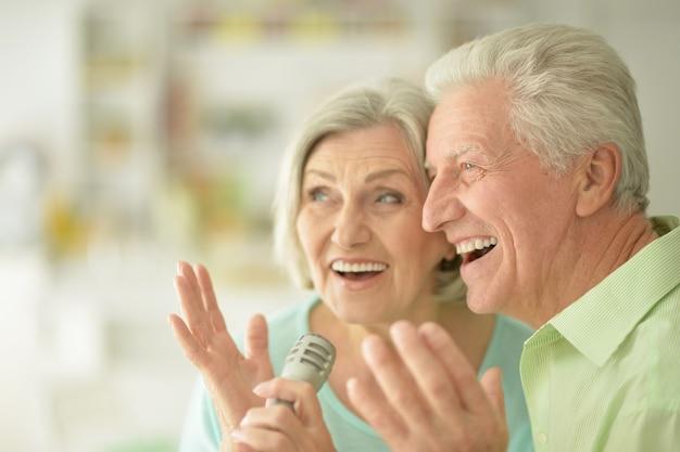 Retrato de um casal de idosos e microfone