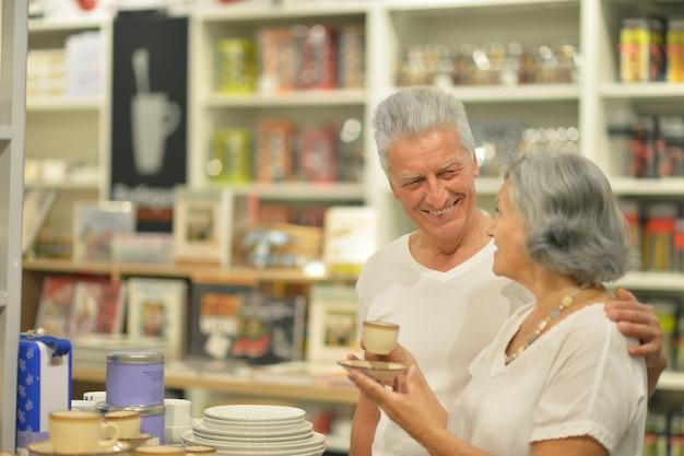 Retrato de um casal de idosos em shopping
