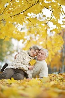 Retrato de um casal de idosos felizes juntos