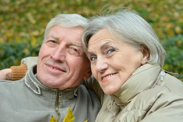 Retrato de um casal de idosos no parque outono