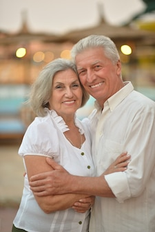 Retrato de um casal de idosos relaxando perto de um hotel resort