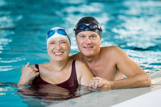 Retrato de um casal de idosos tomando banho na piscina