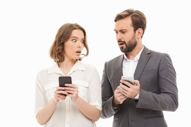 Retrato de um casal de negócios confuso