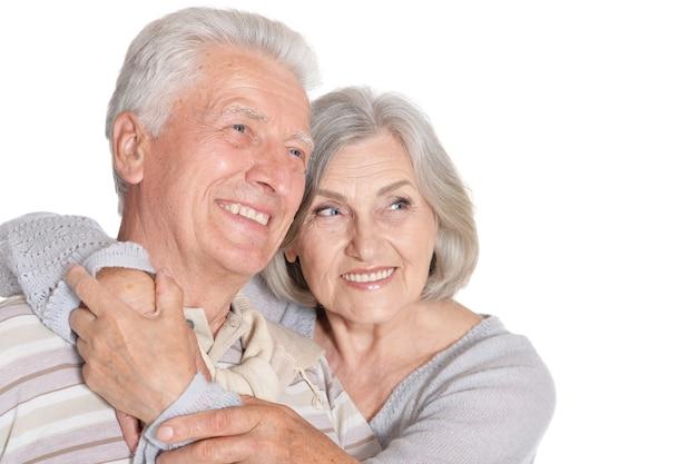 Retrato de um casal feliz de idosos em fundo branco