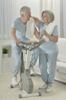 Retrato de um casal feliz e esportivo sênior se exercitando