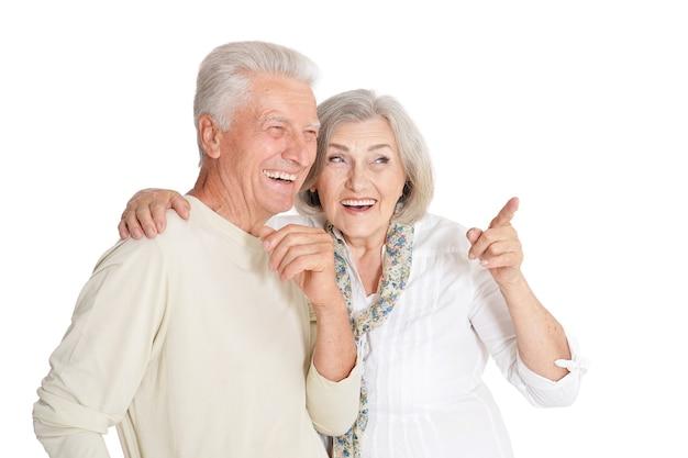 Retrato de um casal feliz sênior, mulher fazendo pose em fundo branco