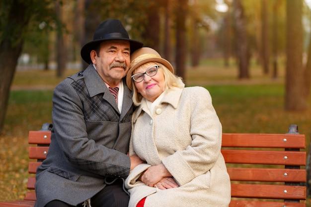 Retrato de um casal feliz sênior no parque outono