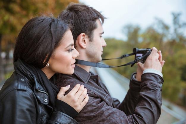 Retrato de um casal feliz viajando e fazendo foto na frente