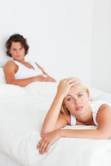Retrato de um casal irritado depois de ter um argumento
