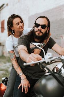 Retrato de um casal legal de motoqueiros