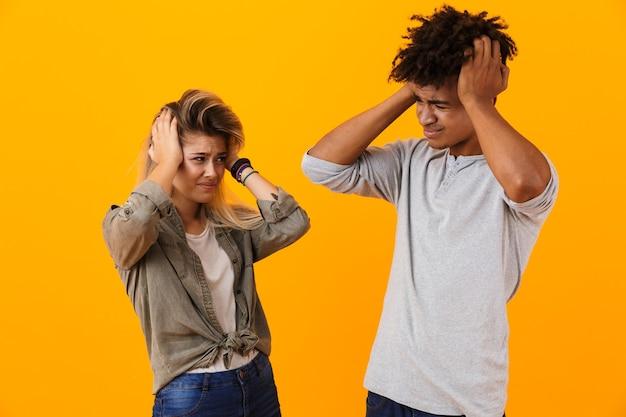 Retrato de um casal multiétnico em choque