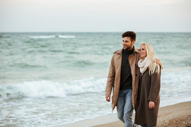 Retrato de um casal sorridente, abraçando no amor