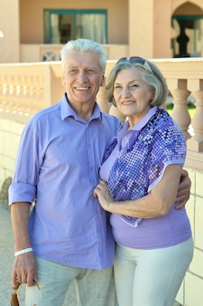 Retrato de um casal sorridente e divertido de férias