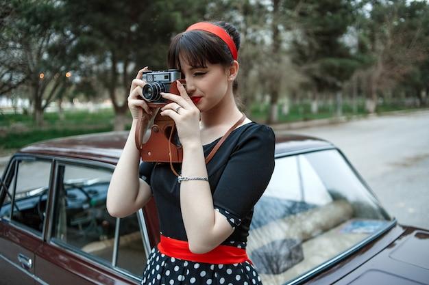 Retrato, de, um, caucasiano, menina jovem bonito, em, um, pretas, vindima, vestido
