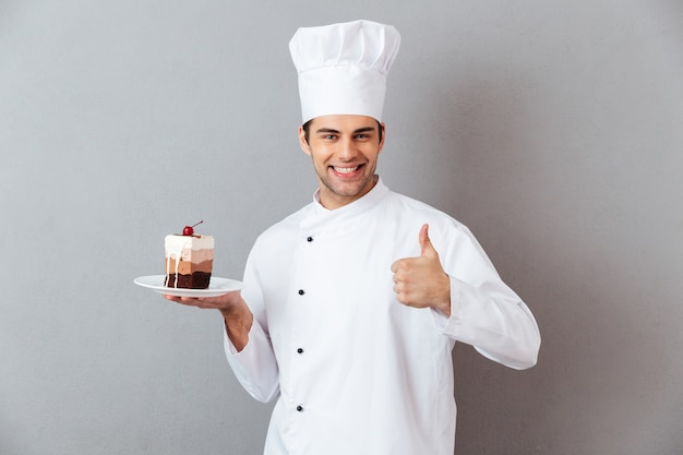 Retrato de um chef masculino sorridente, vestido de uniforme