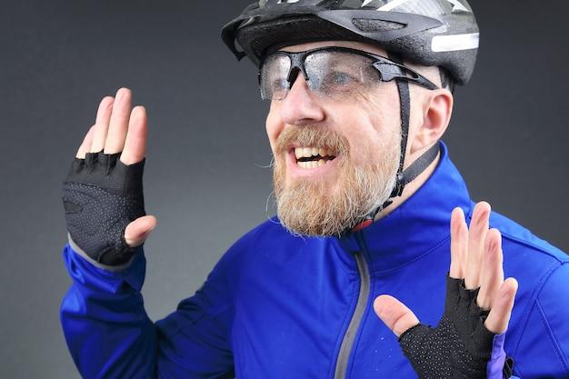 Retrato de um ciclista barbudo sorridente e feliz