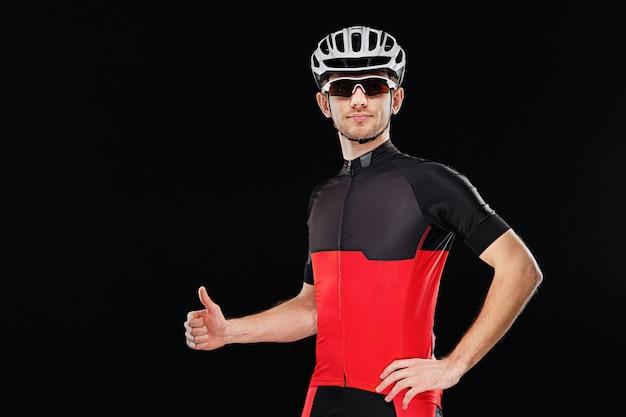 Retrato de um ciclista em roupas de treinamento com óculos escuros e capacete