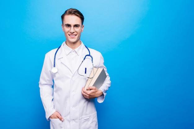Retrato de um cientista alegre em um fundo azul