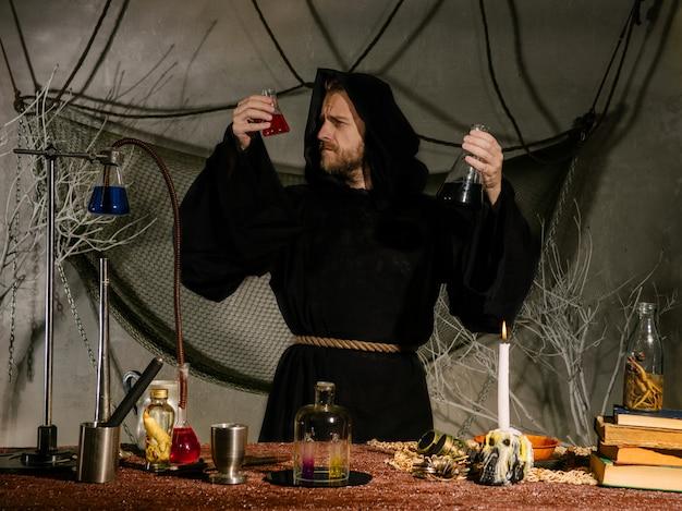 Retrato de um cientista medieval trabalhando em seu laboratório.