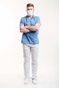 Retrato de um cirurgião masculino em pé com os braços cruzados