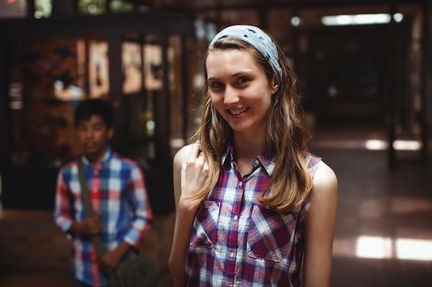 Retrato de um colega de classe parado no corredor