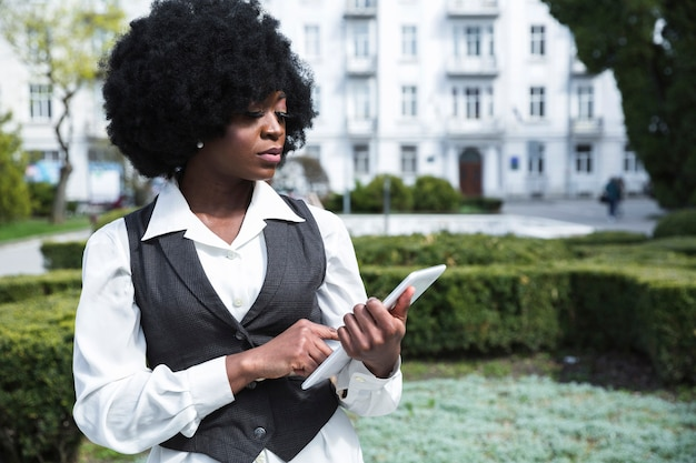 Retrato, de, um, confiante, africano, jovem, executiva, olhar, tablete digital
