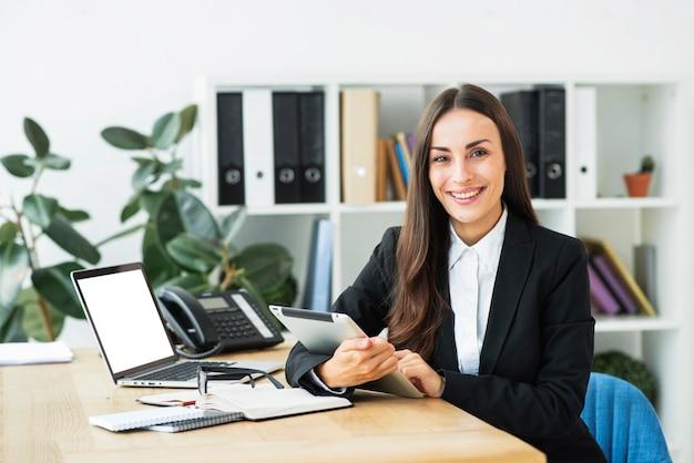 Retrato, de, um, confiante, jovem, executiva, em, a, modernos, escritório